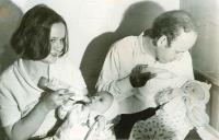 S milovaným manželom a dvojičkami (november 1971)