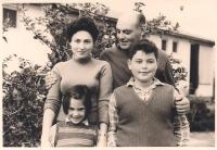 Šmuel with his family