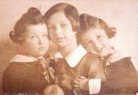 Sisters Věra, Edita and Eva Hahn, 20ies