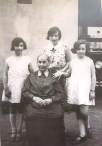 Sisters Věra, Edita and Eva Hahn, 20ies, with their great grandmother