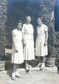 EVa, mum and Věra in Lázně Libverda, 30ies