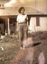 Věra in kibbutz Huliot (Sde Nehemia). 50ies