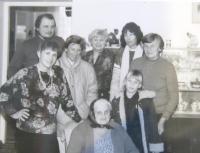 Na návštěvě v Československu. Zprava Marie Feuersteinová, izraelská přítelkyně Miriam Naaman, sousedka, sestra Marie Feuersteinové, v květované halěnce sousedka Jelínková, vlevo vzadu synovec Petr, dole sedící maminka Marie Feuersteinové + dítě nějakých s