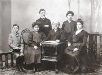Family of grandfather: Kamil Kohn (father), his sister Gertruda (aunt), brother Walter (uncle), grandfather, his sister Gisela Kohn, grandma Teresa Kohn. CCa 1900