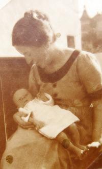 Matti Cohen with mum Zdenka. 1924.