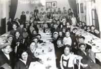 Pesach Seder 1936. Seder o svátku Pesach v roce 1936. Matti Cohen (Mathias Kohn) second in the left row. Ústí nad Labem.