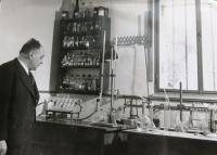 Father of Matti Cohen Kamil Kohn in his lab.