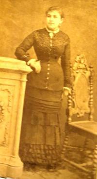 Babička Ruth Mittelmann (Charlotty Neumann) z maminčiny strany Charlotta Krakauer. Ruth po ní zdědila jméno. Nedatováno.