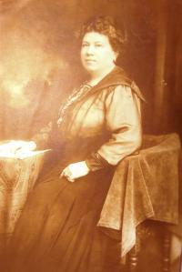 Babička Ruth Mittelmann (Charlotty Neumann) z tatínkovy strany Rosa Deutsch. Začátek 20. století.