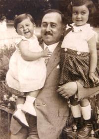 Left: sister Gertruda, father Leopold, Charlotta Neuman (Ruth Mittelmann), 1929