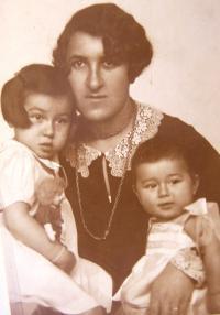 Ruth Mittelmann (Charlotta Neumann), maminka Hilda Neumann a sestra Gertruda. Cca 30. léta.