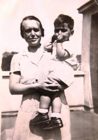 Pomocnice v domácnosti Gita (schovávala sestry Neumannovy v době války) s malým Viktorem, bratrem Ruth Mittelmann (Charlotty Neumann). Srpen 1932.