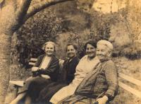 Relatives - second from right aunt Mitzi, secon from left granny Schwarzbart