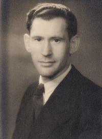 Menachem Rosenzweig, husband, 1946