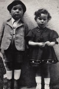 Karol with sister Alicka in 1937