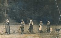 From the left: Grandma Růžena Hornová, father František, aunts of witness Pauli, Gabi, Anna Horn