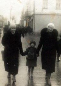 Marie with her mother and aunt in Luck