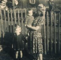 1940 Inge, sister, mum