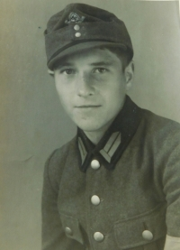 Pavel Höchsmann as a member of the Reich Labour Service (Reichsarbeitdienst, RAD). 1944