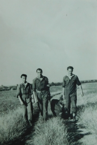 Pavel Höchsman (centre) at a regional parachuting competition in Prostějov in 1953.