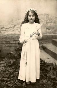 Edeltraud Molzer (Slabáková) at her first communion in Oskava