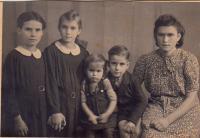 Marie Saettlerová with siblings
