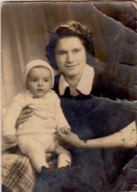 Marie Saettlerová with son