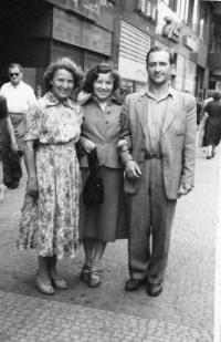 Olga a Mirko Schmidtovi s maminkou