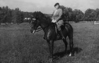 Adéla Hartmannová on horseback