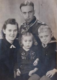 Little Annelore with his parents and brother in 1940