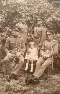 Ján Buzássy st. v žandárskej uniforme, sediaci vľavo, 30. roky