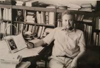 Ján Buzássy doma v pracovni, druhá polovica 80. rokov
