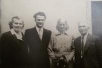 Promoce Zdeňka Bajgara, vlevo jeho matka, na opačné straně jeho strýc s tetou (přibližně rok 1954)