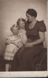 From left: Hana, Eva and Marie Polanská, circa 1938 - advertising a photo of the Mme Modist Salon. Polanské