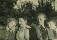 Polansky sisters with their parents, 1946
