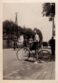 Jaroslav Ermis po vstupu k dobrovolným hasičům v Ostravě-Zábřehu, 1947