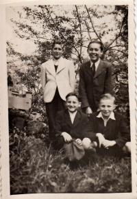 Jaroslav Ermis (stojící vpravo), kolem roku 1943
