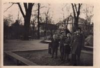 Jaroslav Ermis (třetí zleva) na pískovišti v parku u zábřežského zámku, 1931