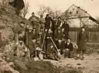 Jaroslav Ermis (druhý zprava, klečící) s vítkovickými učni při kopání zákopů, Hrabová-Šídlovec, únor 1945