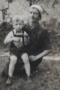 pamětník Josef Bábek s maminkou