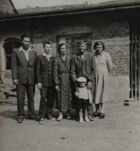 rodina Bábkových - druhý zleva pamětník Josef Bábek, druhý zprava otec pamětníka Rostislav Bábek