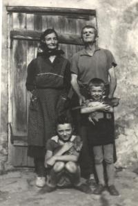 Otec pamětníka Rostislav Bábek a maminka pamětníka s vnoučaty.