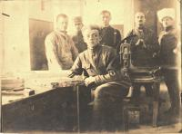 Otec pamětníka Rostislav Bábek na fotografii nejspíše druhý zleva v československých legií v Krasnojaroku 1919.