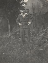 Pamětník Josef Bábek na fotografii z vojny.