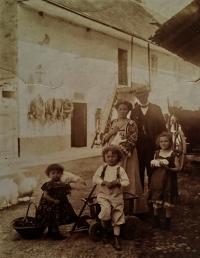Břetislav Roubínek with his family on his home farm No. 15