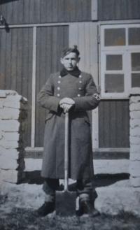 Bedřich s rýčem (tehdy jeho jediná zbraň). Lodž duben 1943.