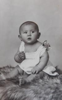 Ludmila Kasparidesová (Švédová) as a child