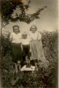 Witness H. Pawlusová when she was approximately 16 years old (1st from the left), her brother Alfréd is in the middle, mother Helena Fusíková is on the right