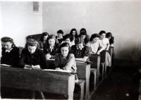 Magdalena Lánská na reálném gymnáziu v Příbrami (první lavice, dívka vpravo)