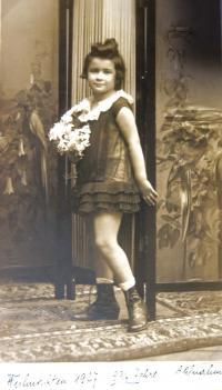 Eva Taussová ve věku necelých pěti let (4 ¾). Brno, 1927.